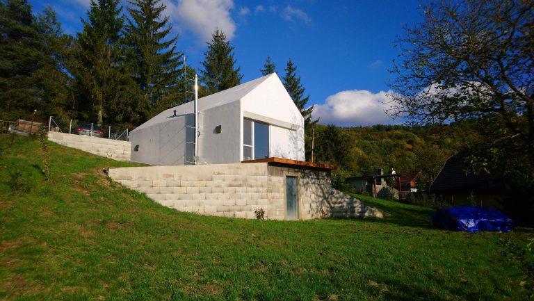 Nedá sa prehliadnuť! Architekt si postavil chatu vo Svätom Antone podľa svojho gusta