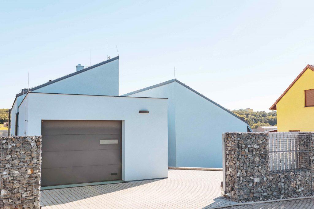 Úsporný a originálny átriový bungalov pre rodinu s malými deťmi